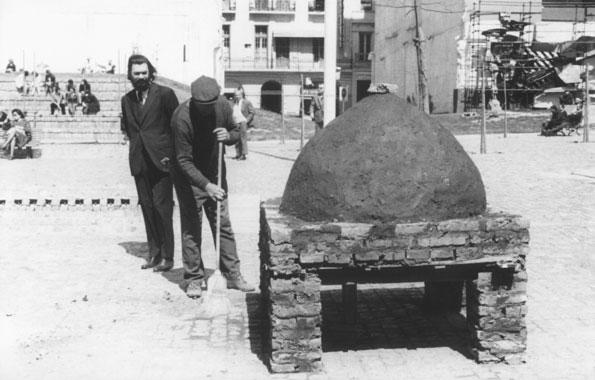 onstrucción de un horno popular para hacer pan, por Víctor Grippo