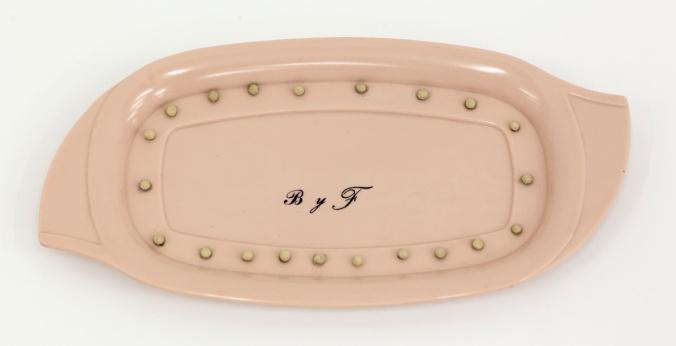 Belleza y Felicidad. Bandeja, 2000 Bandeja de cerámica intervenida. 11 x 23 x 1,5 cm Cortesía de Col. Gustavo Bruzzone
