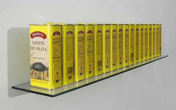 Horacio Zabala. Las ficciones de Borges. 1999. Assemblage (17 envases de aceite, vidrio y acero). 95 x 14 x 16 cm